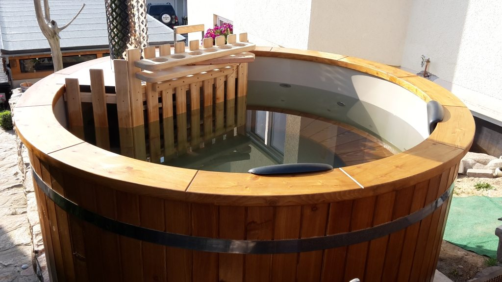 Hot tub from popypropylene with wooden benches